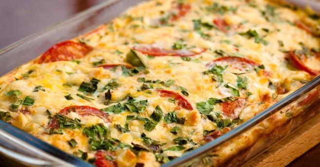 Värikäs lasagne yrteillä ja pepperonisiivuilla viimeisteltynä