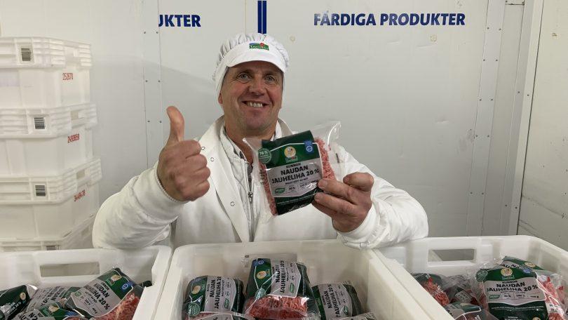 Hankintapäällikkö Anders Storsved pitää kädessään Kunnon jauheliha-pakettia.