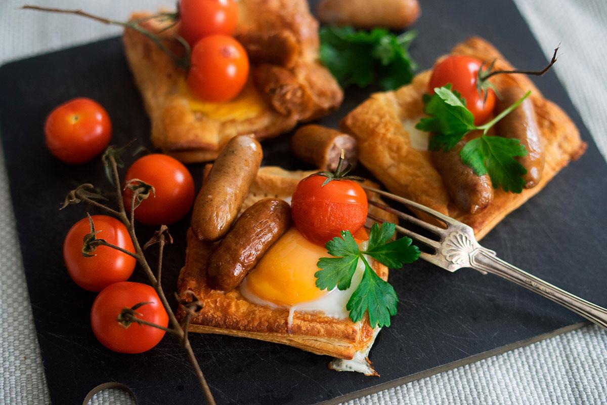 Aamiaispiirakat mausteisilla makkaroilla