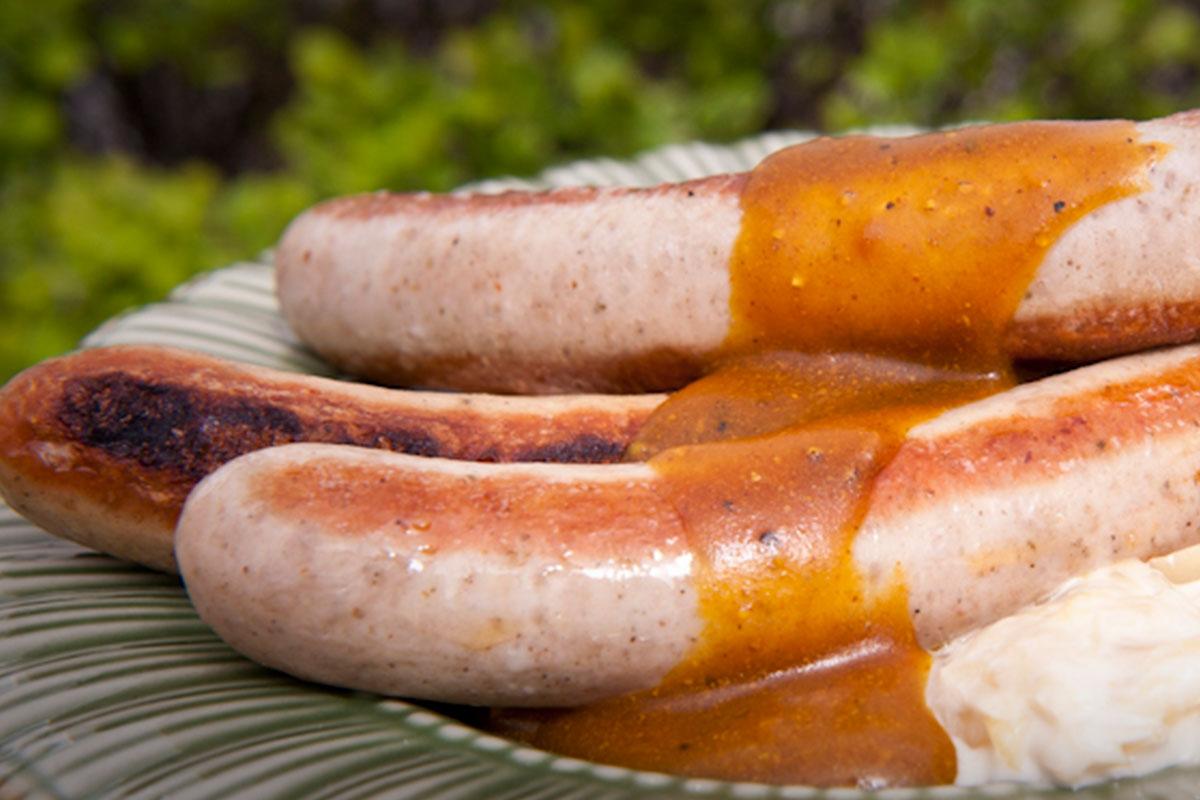Bratwurst, hapankaalihauduke ja currykastike