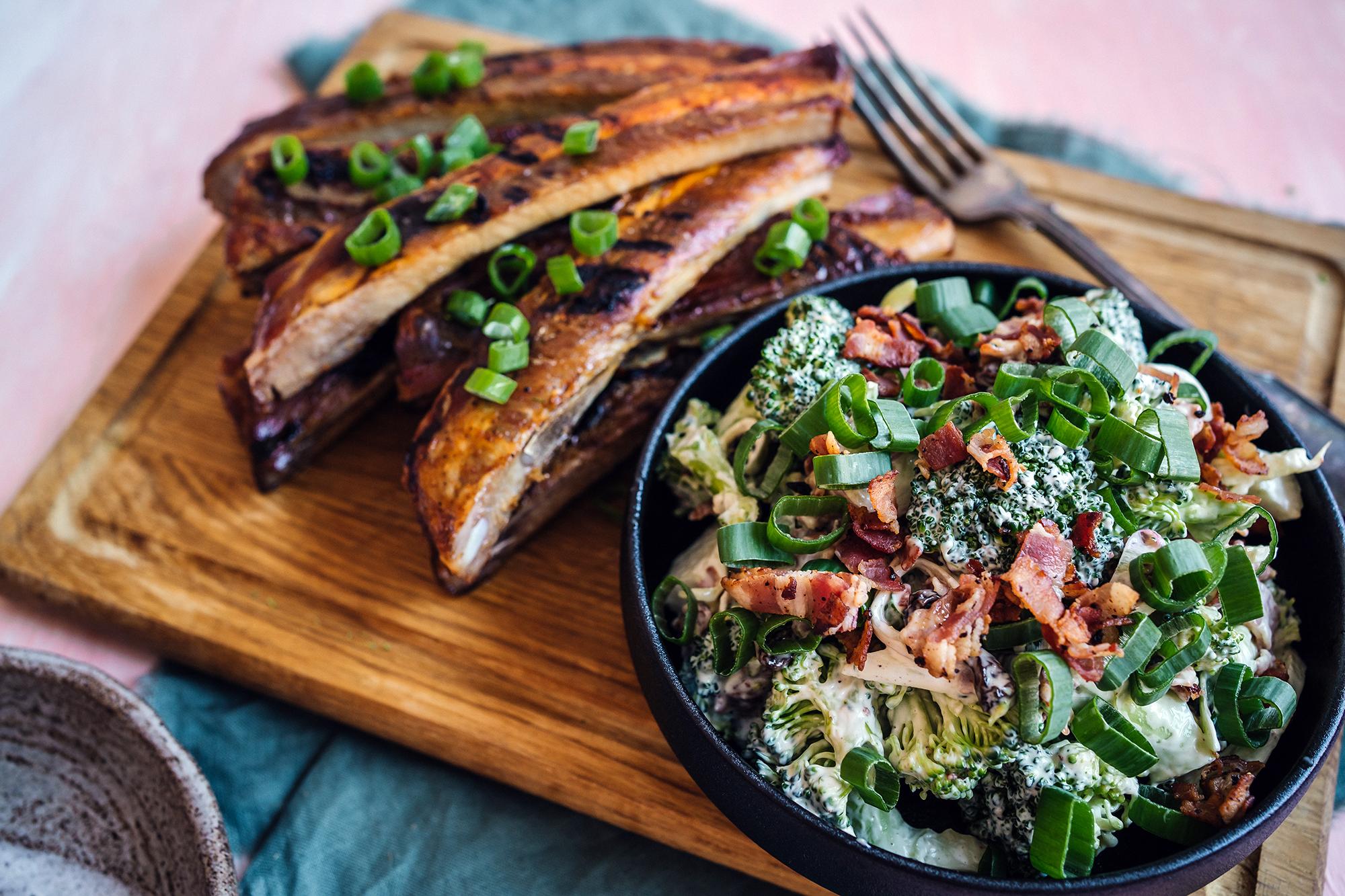 Ribsit grillissä ja pekoni-parsakaalisalaatti