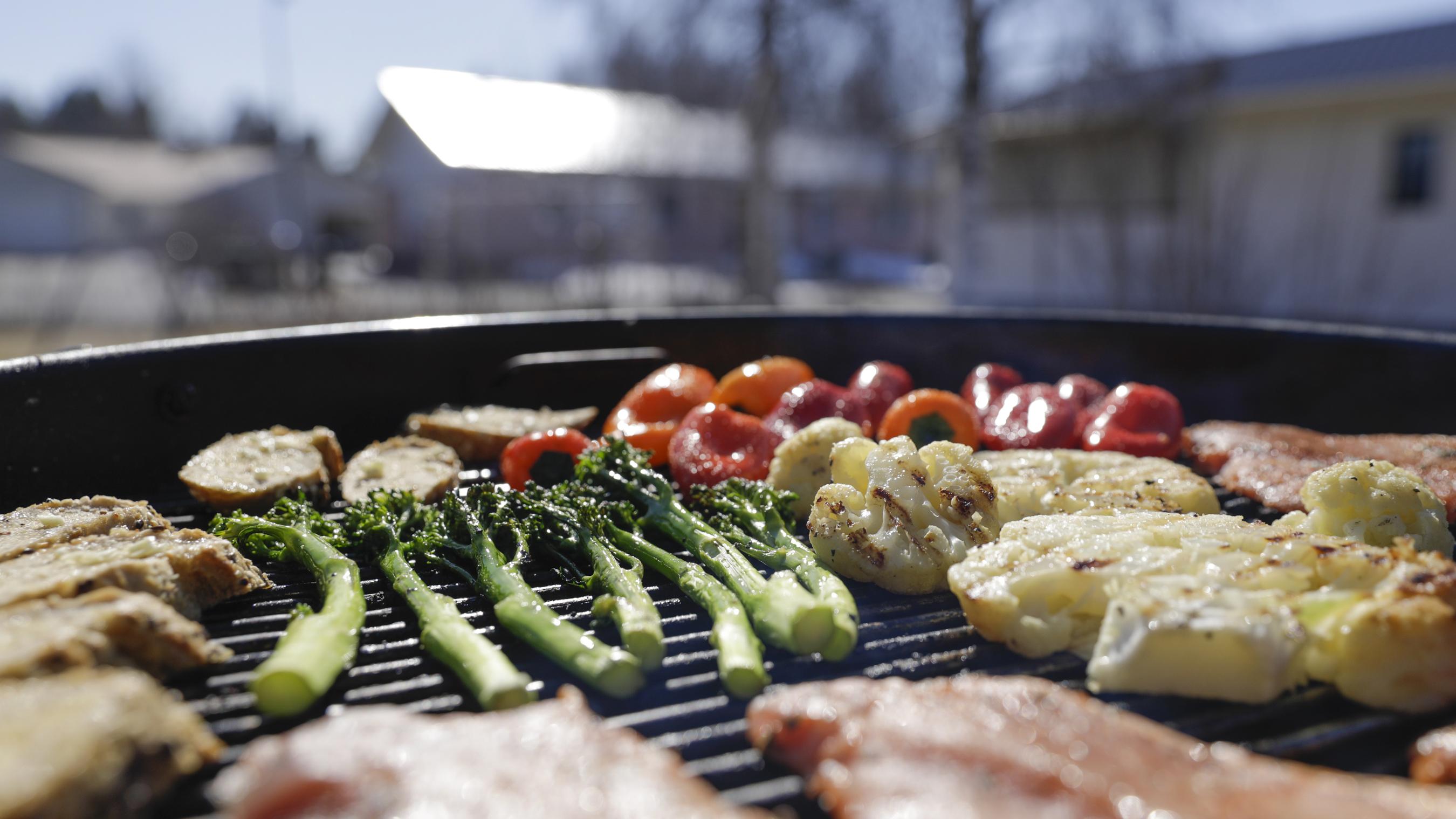 Grillit kuumana – Herra Snellmanin vinkkien avulla tuunaat kesäisen kattauksesi juhlakuntoon loistavilla lisukkeilla 1