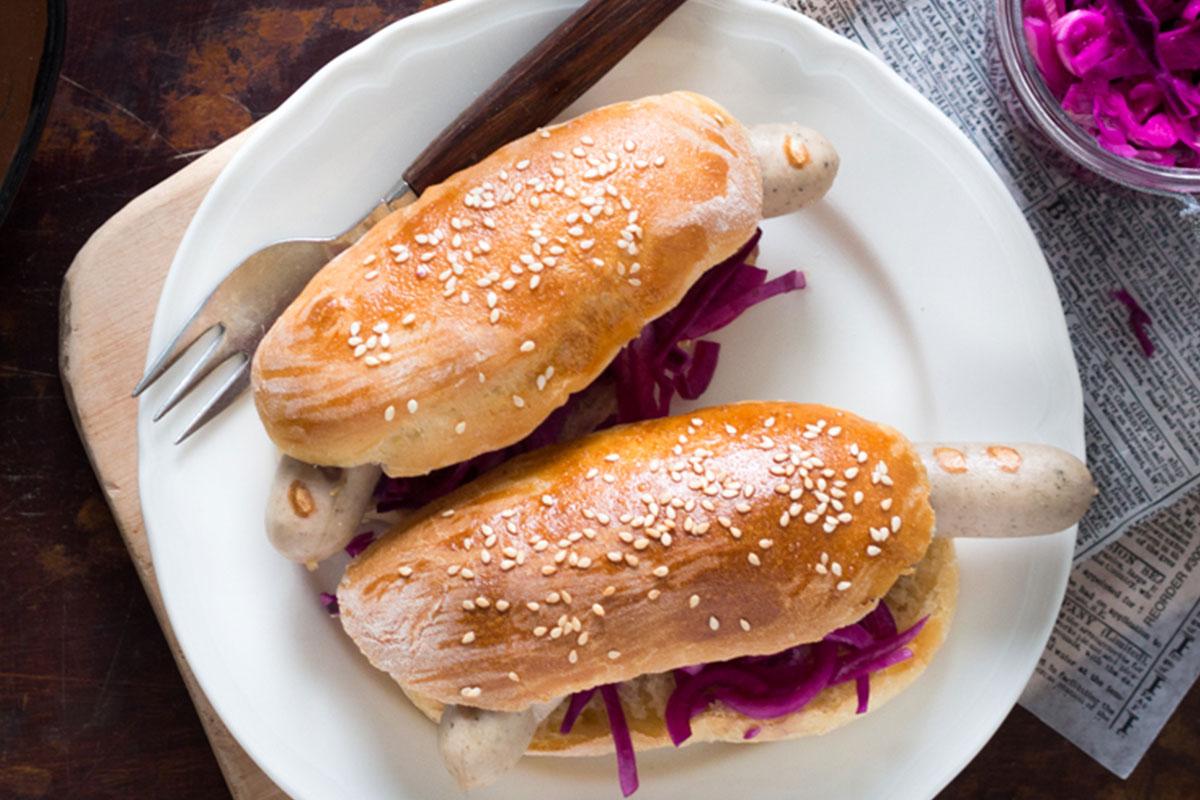 Bratwurst-hotdogs & rödkål-fänkålsättiksgurka