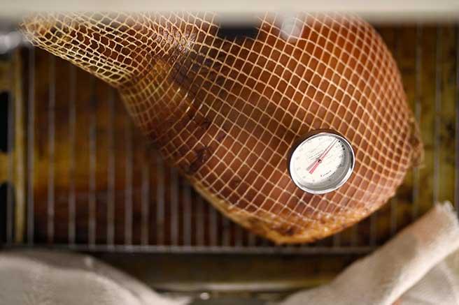 joulukinkun paistaminen leivinuunissa sujuu kyllä, kunhan uunia on lämmitetty riittävän kauan.