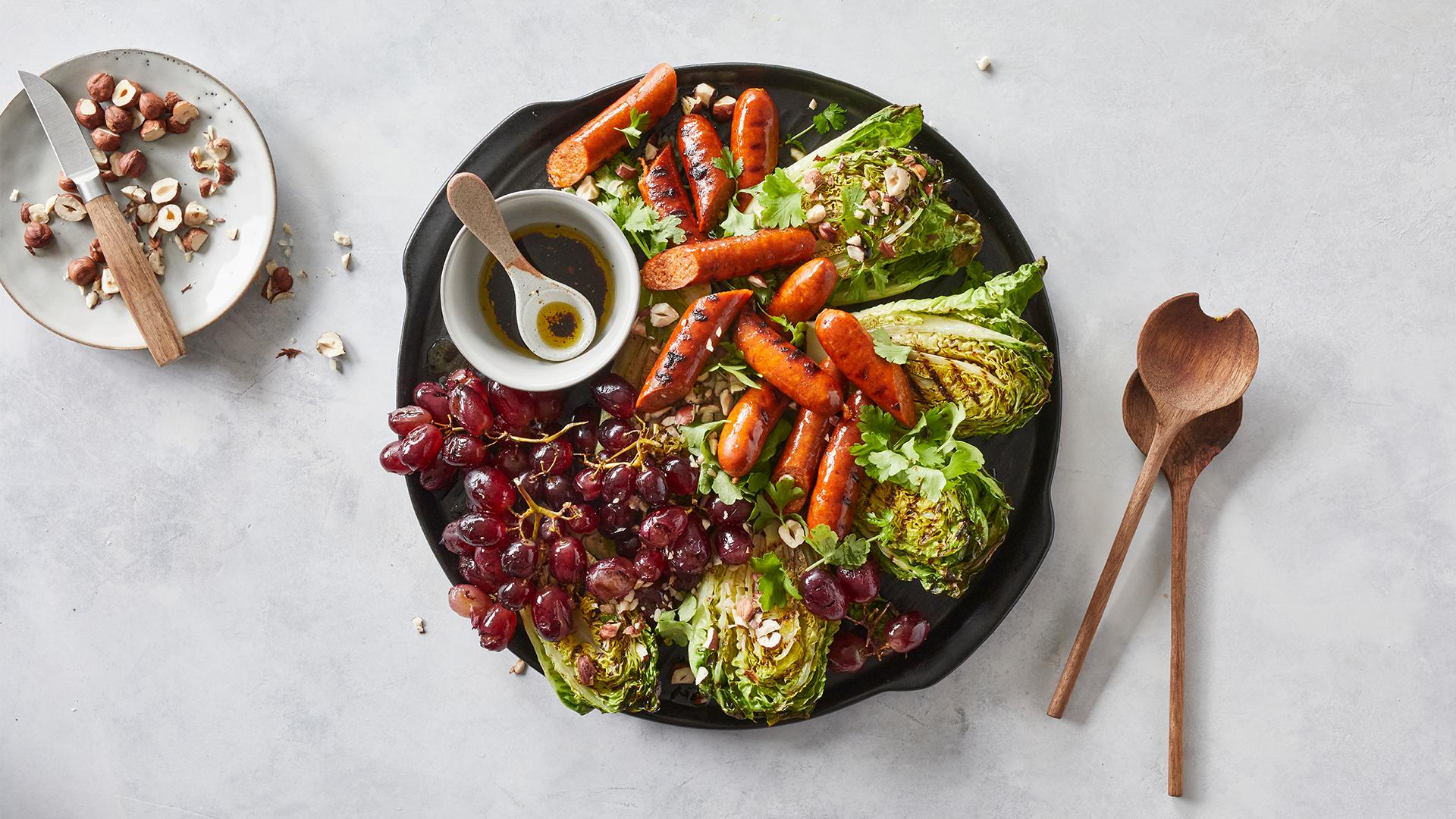 Lämmin grillisalaatti chorizolla ja viinirypäleillä