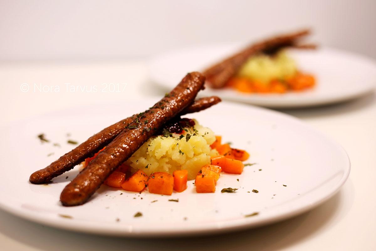 Chorizoa, peruna-omenamuussia ja lasitettuja porkkanoita