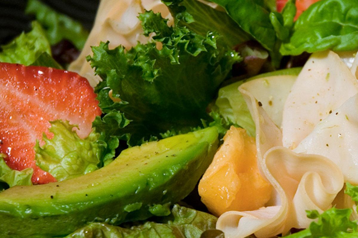 Mansikka-broilerisalaatti basilikakastikkeella 1