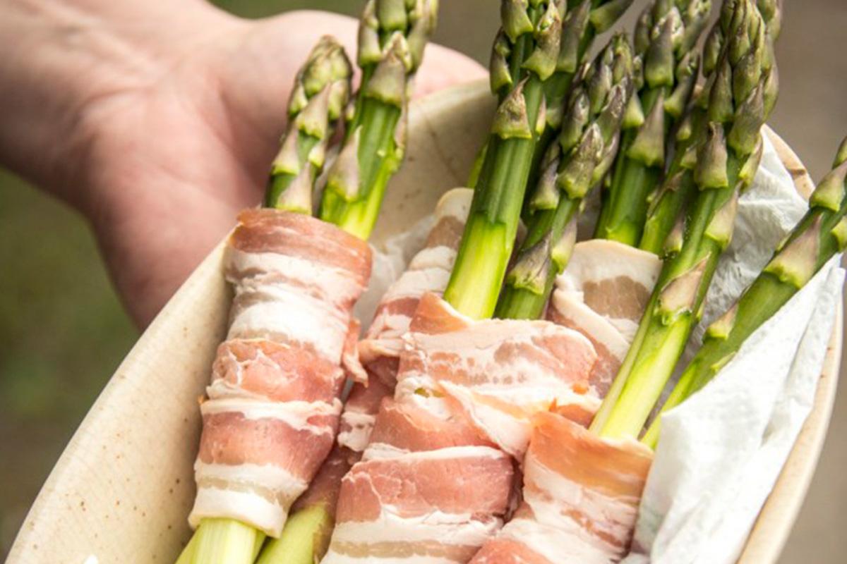 Grillad sparris lindad i bacon