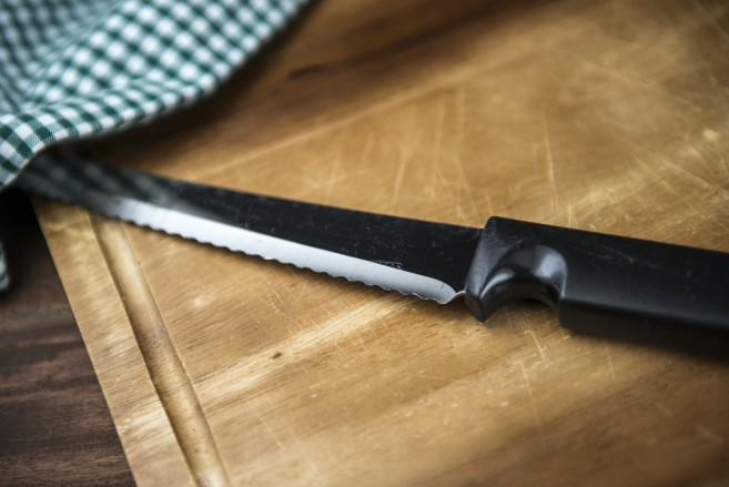 Hampurilaispihvien leikkaamiseen sopiva sahalaitainen veitsi
