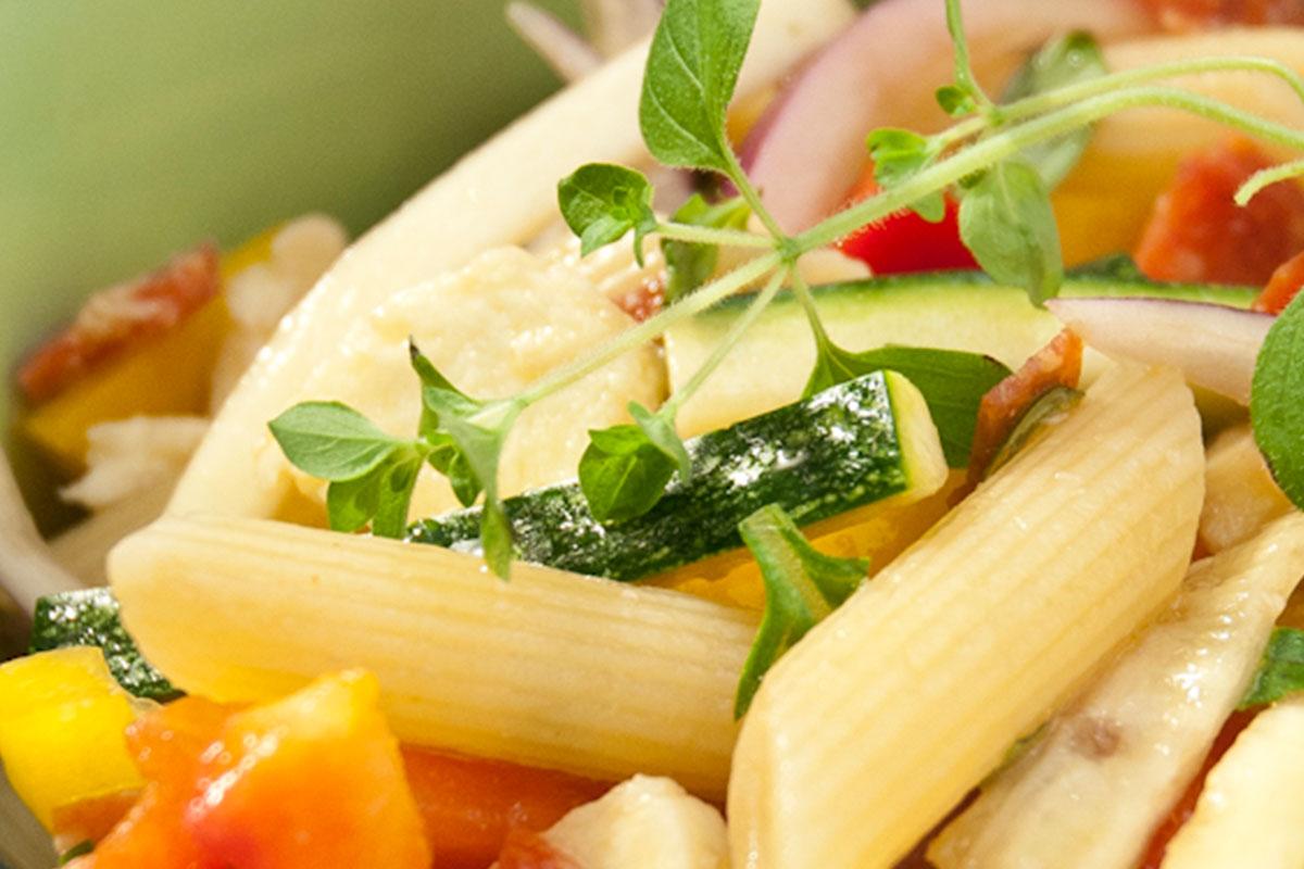 Salami-mozzarella pastasalaatti