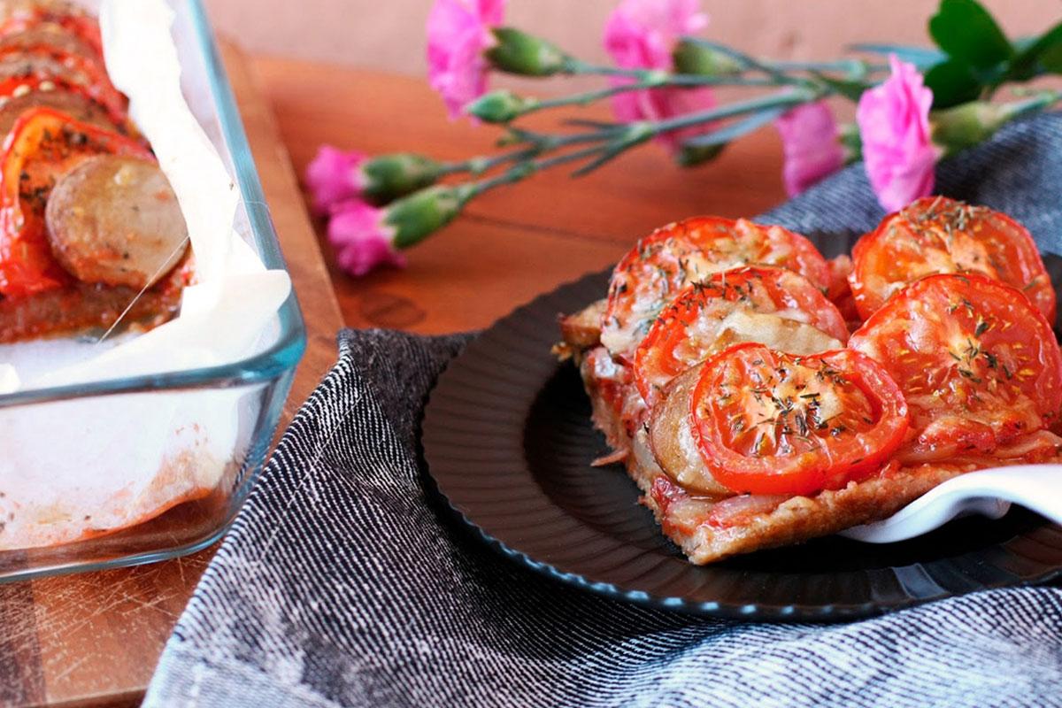 Tomaatti-makkarapiirakka